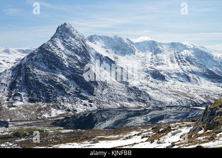 Lake Ogwen is located in Snowdonia between the Carneddau and the Glyderau mountain ranges. It is a visually stunning - Stock Photo