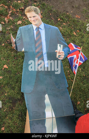London, UK. 27th Nov, 2017. Royal well-wisher John Loughrey outside Kensington Palace with a cardboard cutout of - Stock Photo