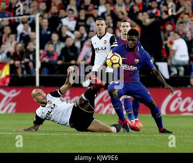 Barcelona, Spain. 26th Nov, 2017. FC Barcelona's French defender Samuel Umtiti (R) vies for the ball with Valencia's - Stock Photo