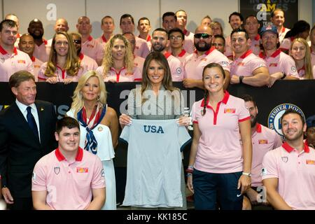 U.S. First Lady Melania Trump poses with Team U.S. athletes during the Invictus Games opening ceremony at the Air - Stock Photo