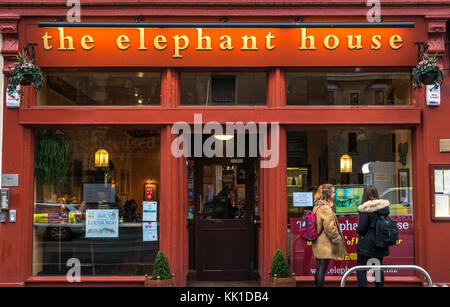 Student girls at Elephant House cafe, location J K Rowling wrote Harry Potter and the Philosophers Stone, George - Stock Photo