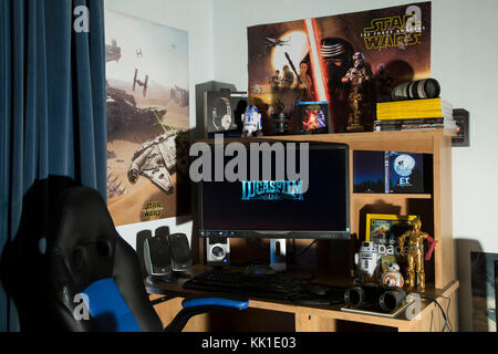 Lucasfilm Star Wars Desk with Droids BB-8, C-3P0, R2-D2 and Force Awakens posters - Stock Photo