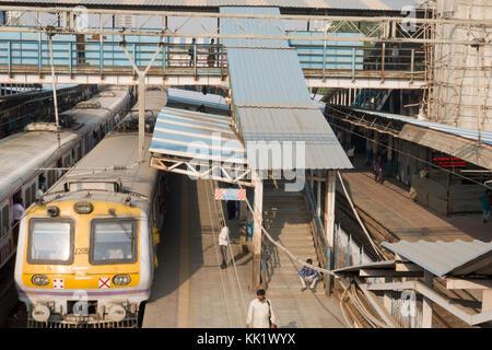 Commuter train at Dadar railway station, Mumbai - Stock Photo