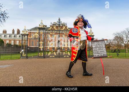 London, UK. 27th November, 2017. Town Crier, Tony Apppleton, outside Kensington Palace, announcing the engagement - Stock Photo