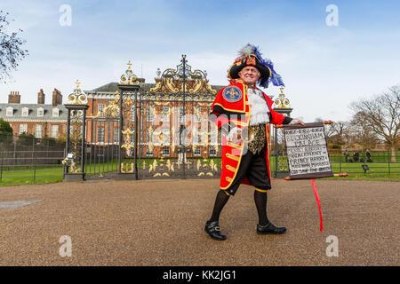 London, UK. 27th November, 2017. Town Crier, Tony Apppleton , outside Kensington Palace, announcing the engagement - Stock Photo