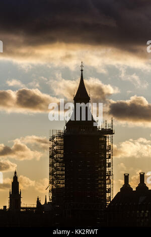 London, UK. 28th Nov, 2017. The Palace of Westminster is silhouetted against clouds creating a dramatic autumn sunset - Stock Photo