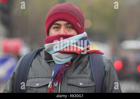 London, UK. 29th Nov, 2017. Morning commuters in Westminster shiver in the cold as temperatures drop to freezing - Stock Photo