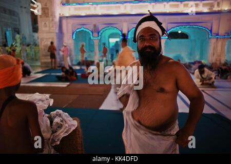 Indian glance -  01/09/2010  -    -  Sikhs out of a ritual bath at night, at the Golden Temple.   -  Sylvain Leser - Stock Photo