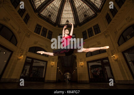 Ballerina Natalia Horsnell doing a split jump in the Oktogon public urban passageway in Zagreb, Croatia. - Stock Photo
