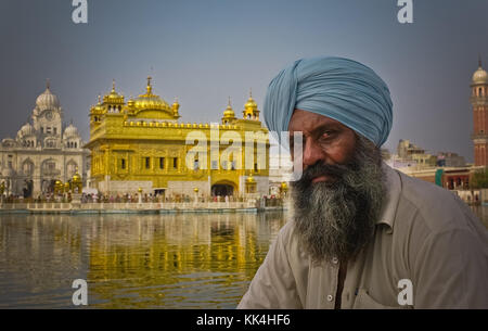Life in India : Amritsar. -  01/09/2010  -    -  Life in India : Amritsar. -  Portrait of a Sikh man, in front of - Stock Photo