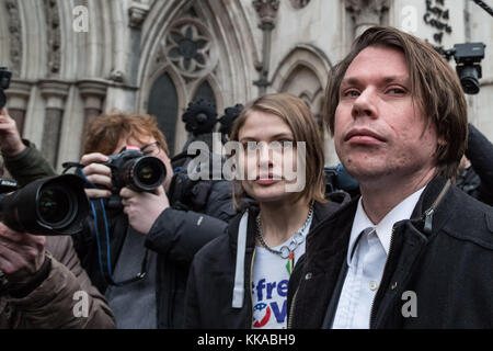 London, UK. 29th Nov, 2017. Lauri Love arrives outside The Royal Courts of Justice to begin his appeal hearing against - Stock Photo