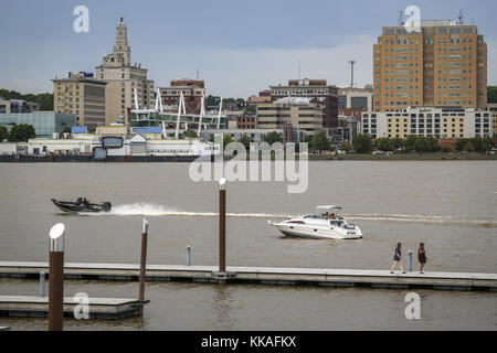 Rock Island, Iowa, USA. 2nd July, 2017. Boats and pedestrians are seen along the Mississippi River with Davenport - Stock Photo