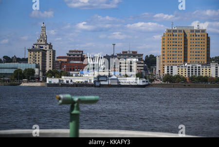 Rock Island, Iowa, USA. 9th Aug, 2017. Downtown Davenport is seen across the Mississippi River from Schwiebert Park - Stock Photo