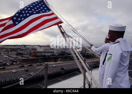 Aviation Boatswain's Mate Handling Airman Jackie L Chess, right, salutes as Aviation Boatswain's Mate Handling Airman - Stock Photo