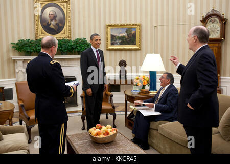 President Barack Obama meets with, from left, Gen. Martin Dempsey, Chairman of the Joint Chiefs of Staff, Defense - Stock Photo