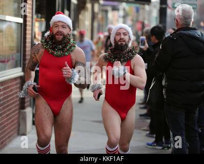 Chicago, USA. 2nd Dec, 2017. Participants wearing Santa Claus hats take part in the 2017 Chicago Santa Speedo Run - Stock Photo