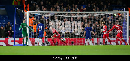 London, UK. 5th Dec, 2017. Saul Niguez (3rd L) of Atletico Madrid scores during the UEFA Champions League Group - Stock Photo