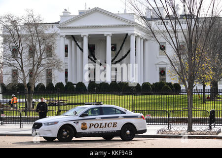 Washington, Unite States, USA. 6th Dec, 2017. A police officer stands guard outside the White House in Washington, - Stock Photo
