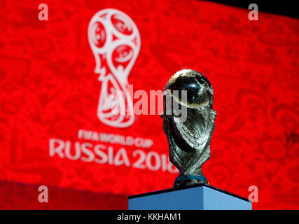 Moskau, Russland. 29th Nov, 2017. Der FIFA- Weltpokal/Trophaee, Trophy vor dem Logo der WM 2018. Fussball: Auslosung zur FIFA- Fussball Weltmeisterschaft 2018 in Moskau, Russland 01.12.2017 - Football, Draw for the FIFA- World Cup 2018, Moscow, December 01, 2017 |usage worldwide Credit: dpa/Alamy Live News