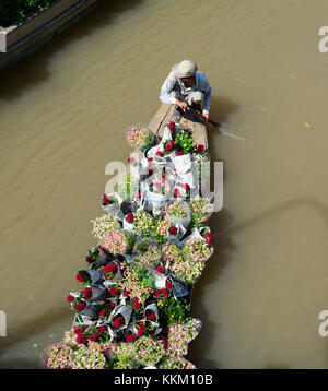 Sa Dec, Vietnam - Jan 31, 2016. A man carrying flowers by wooden boat in Sa dec, Vietnam. Sa Dec is a town on the - Stock Photo
