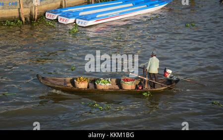 Soc Trang, Vietnam - Feb 2, 2016. A man controlling motoboat on the river in Soc Trang, Vietnam. Soc Trang is an - Stock Photo