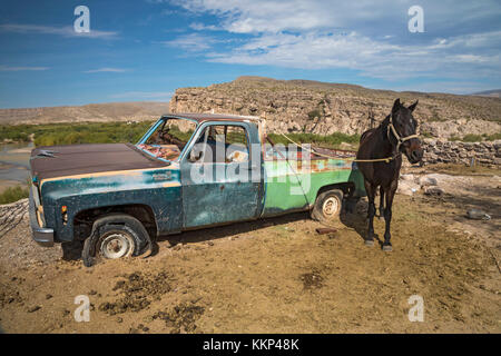 Boquillas del Carmen, Coahuila, Mexico - A dilapidated truck serves as a hitching post for a horse in the small - Stock Photo