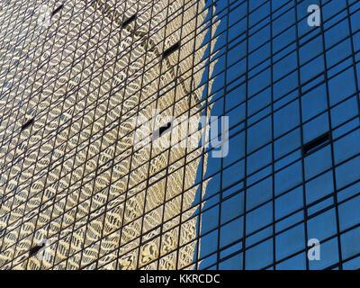 Met Life Building, formerly PanAm Building established in 1962, designed by Architect Emery Roth & Sons, reflecting - Stock Photo
