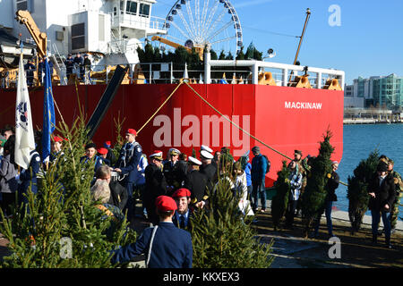Chicago, USA. 2nd Dec, 2017. The US Coast Guard and youth volunteers unload 1,200 Christmas trees from the Coast - Stock Photo