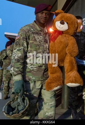 Fort Bragg, NC, USA. 1st Dec, 2017. Dec. 1, 2017 - FORT BRAGG, N.C., USA - U.S. Army paratrooper, Sgt. Wisdom Koduah, - Stock Photo