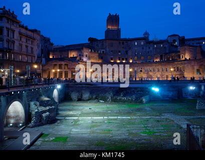 AJAXNETPHOTO. 2015. ROME, ITALY. - ROMAN RUINS - PIAZZO FORO DEL TRAIANO BY NIGHT.  PHOTO:JONATHAN EASTLAND/AJAX REF:GXR151012_5852 Stock Photo