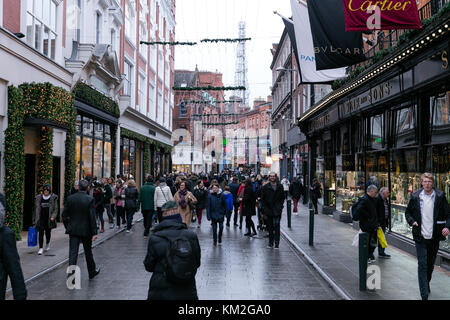 Dublin, Ireland. 3rd Dec, 2017. Christmas spirits high on Grafton street. Busy sunday with merchants and shoppers - Stock Photo