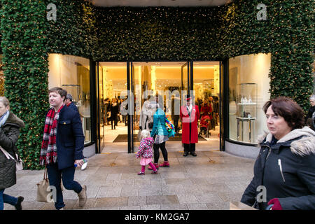 Dublin, Ireland. 3rd Dec, 2017. Brown Thomas on Grafton street. Busy Sunday with merchants and shoppers getting - Stock Photo