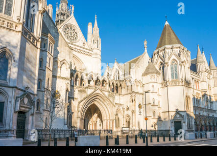 The Royal Courts of Justice London Royal Courts of Justice exterior England uk go  europe - Stock Photo