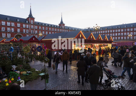 Madrid, Madrid, Spain. 4th Dec, 2017. People seen walking trough the market as they attend the market of Plaza Mayor.The - Stock Photo