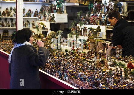 Madrid, Madrid, Spain. 4th Dec, 2017. A lady seen buying local Christmas ornaments in a store.The Christmas market - Stock Photo