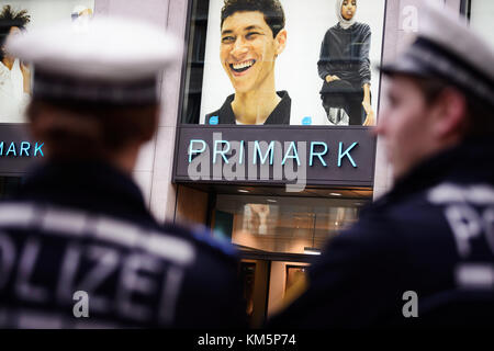 Stuttgart, Germany. 5th Dec, 2017. Police officers stand in front of the newly opened Primark shop in Stuttgart, - Stock Photo