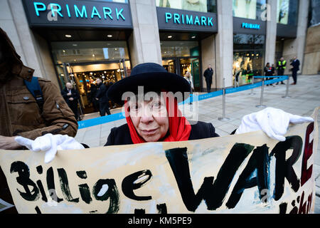 Stuttgart, Germany. 5th Dec, 2017. Protestor Esky Bail stands in front of the newly opened Primark shop with a sign - Stock Photo