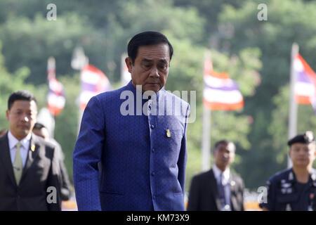 Bangkok, Thailand. 04th Dec, 2017. Thailand's junta chief and prime minister Prayut Chan-O-Cha (C) walk a meeting - Stock Photo