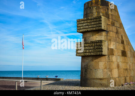Les Braves Memorial honoring fallen US solders on the Normandy Coast at Omaha Beach with an American flag and the - Stock Photo