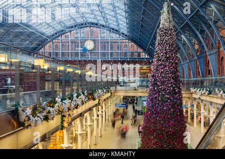 LONDON, UNITED KINGDOM - DECEMBER 4th, 2017: Interior of Kings Cross St Pancras international railway station gets - Stock Photo