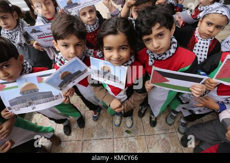 Gaza City, Gaza Strip, Palestinian Territory. 6th Dec, 2017. Palestinian children hold Palestine flags and pictures - Stock Photo
