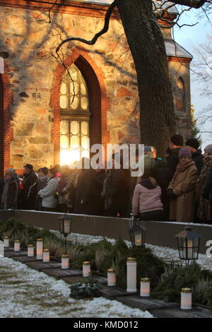 Vantaa, Finland. 6th Dec, 2017. Finns commemorate WWII fallen Finnish solders in the cemetery on Independence Day. - Stock Photo