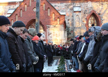 Vantaa, Finland. 6th Dec, 2017. Independence Day guard of honour for WWII fallen Finnish solders with ordinary men - Stock Photo