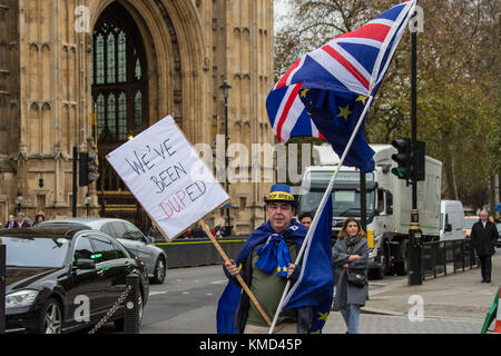London, UK. 6 December 2017.  'We've been DUPed' Protester Stephen Bray wearing a Stop Brexit hat, holds a placard - Stock Photo