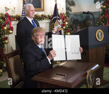Washington, District of Columbia, USA. 6th Dec, 2017. President DONALD TRUMP shows a statement announcing intention - Stock Photo
