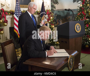 Washington, District of Columbia, USA. 6th Dec, 2017. President DONALD TRUMP signs statement announcing intention - Stock Photo