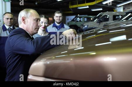 Nizhny Novgorod, Russia. 06th Dec, 2017. Russian President Vladimir Putin signs the hood of a vehicle during a tour - Stock Photo