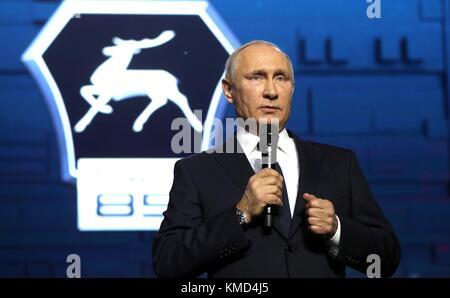 Nizhny Novgorod, Russia. 06th Dec, 2017. Russian President Vladimir Putin addresses workers at the GAZ Group Automobile - Stock Photo
