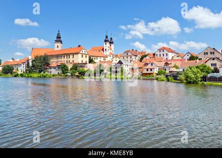 historické centrum přes Uličský rybník, Telč (UNESCO), Kraj Vysočina, Česka republika / historical center,Ulicky - Stock Photo