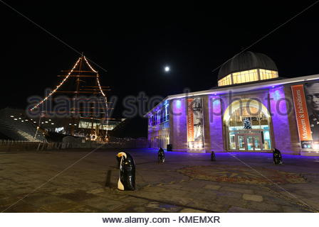 RRS Discovery with Christmas lights and V&A Design Museum Dundee Scotland  November 2017 - Stock Photo